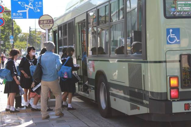 nih anak2 SMA Jepang :mrgreen: tapi lebih imut sewaktu pulang naik kereta,, ahay,,